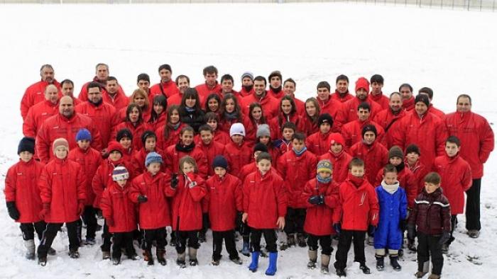 El Kirol Sport desafió a la nieve en la presentación de sus diez equipos